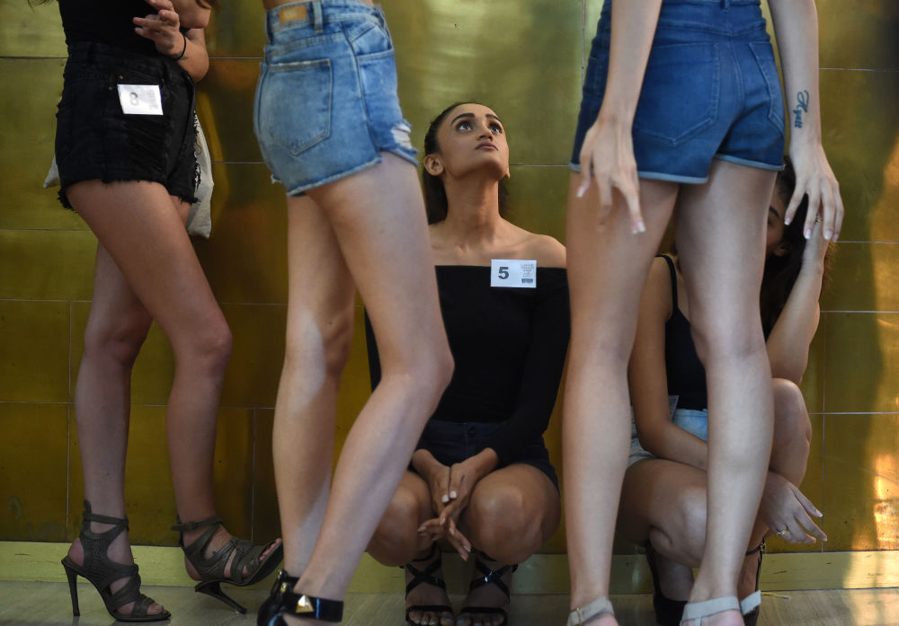 Modelos antes da abertura da Lakme Fashion Week em Mumbai