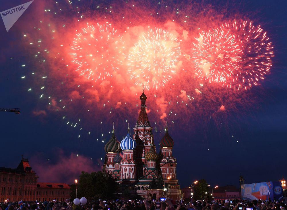 Fogos de artifício no céu moscovita por ocasião da comemoração do Dia da Rússia