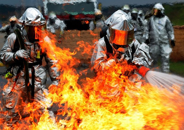 Unos bomberos intentan apagar el fuego (imagen referencial)