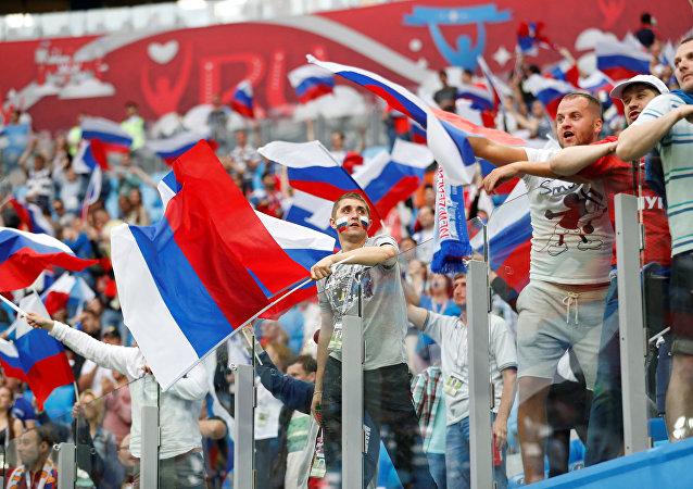 Torcedores da Rússia dão show nas arquibancadas no primeiro jogo da Copa das Confederações 2017 contra a Nova Zelândia.
