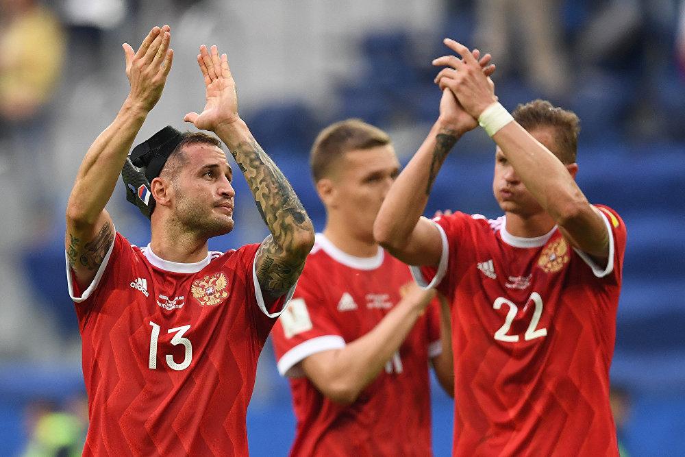 O zagueiro da Rússia, Fedor Kudryashov e o meio-campo, Dmitry Tarasov agradecem a torcida após estreia com vitória de 2 a 0 contra a Nova Zelândia no jogo da Copa A das Confederações de 2017.
