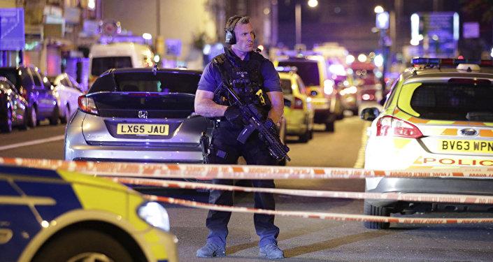 Cordão de isolamento na estrada Seven Sisters, em Finsbury Park, Londres, após atropelamento coletivo perto de mesquita