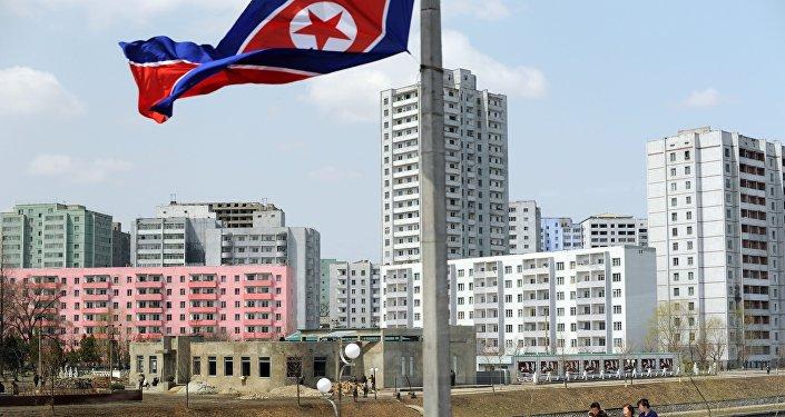 Bandeira da Coreia do Norte nas ruas de Pyongyang. 11 de abril, 2012