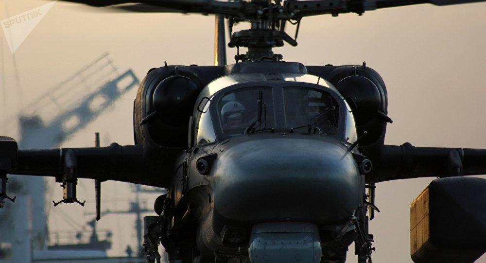 Helicóptero Ka-52K decola do convés do porta-aviões russo Admiral Kuznetsov