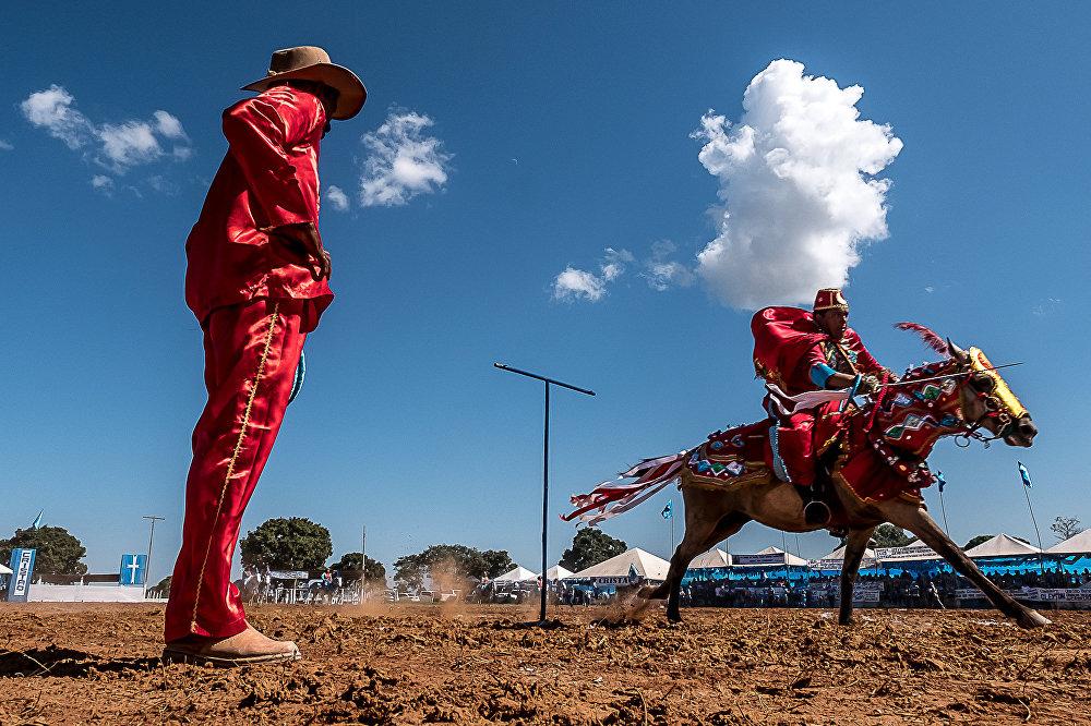 Armados de lanças e espadas, os mouros são representados por cavalheiros vestidos de vermelho