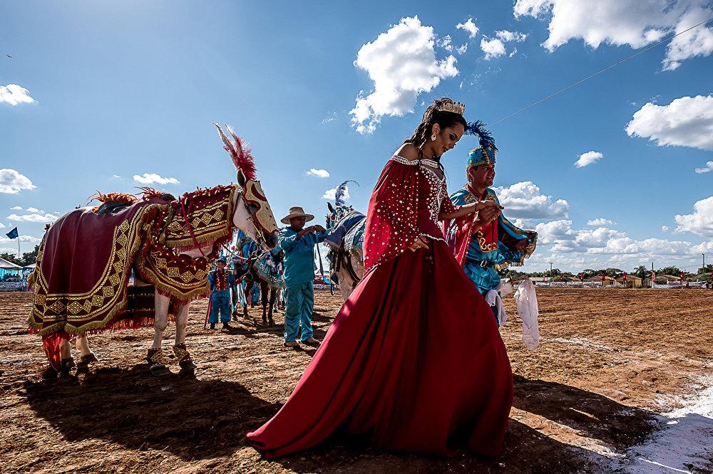 Cavalheiros mouros e cristãos disputam a rainha por meio de competições equestres