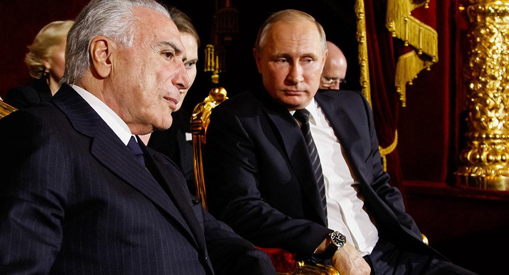 Temer e Putin conversam durante apresentação do Balé Bolshoi, em Moscou, na Rússia