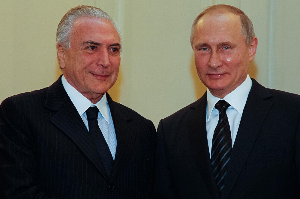 Michel Temer e Vladimir Putin posam juntos em encontro entre os dois líderes de Brasil e Rússia, respectivamente, em Moscou, na Rússia
