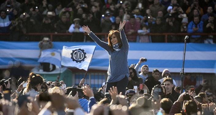 Cristina Kirchner é aclamada durante comício em Buenos Aires
