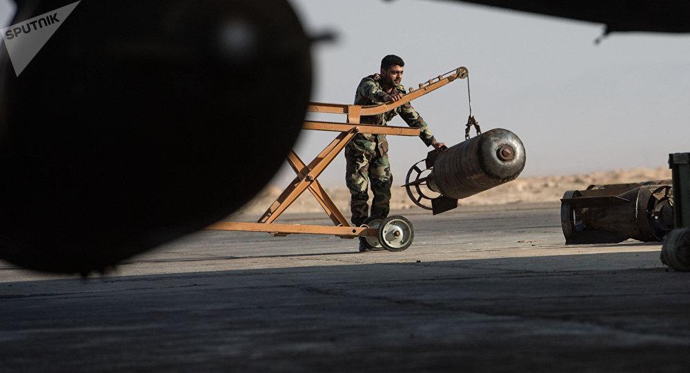 Um militar do exército sírio prepara o caça Su-22 da Força Aérea da Síria para o voo (foto do arquivo)
