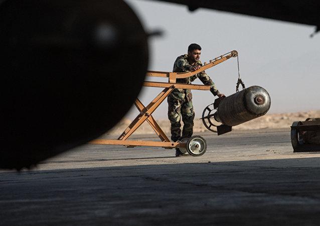 Um militar do exército sírio prepara o caça Su-22 da Força Aérea da Síria para o voo na base em Homs