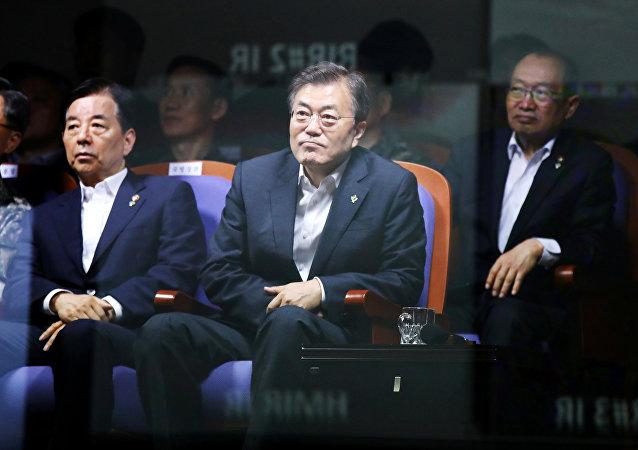 O presidente da Coreia do Sul, Moon Jae-in, assistindo o teste de um míssil balístico produzido no país, na Agência para o Desenvolvimento da Defesa da Coreia do Sul, em 23 de junho de 2017