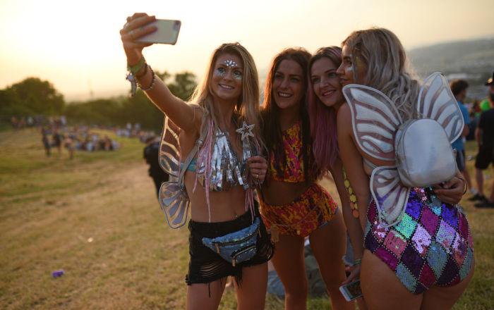 Meninas tiram selfie no festival musical de Glastonbury no Reino Unido