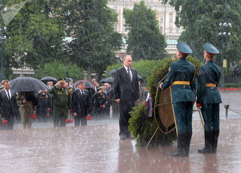 O presidente da Rússia, Vladimir Putin, e o premiê russo, Dmitry Medvedev, depõem flores no Túmulo do Soldado Desconhecido em Moscou no Dia da Memória e da Dor