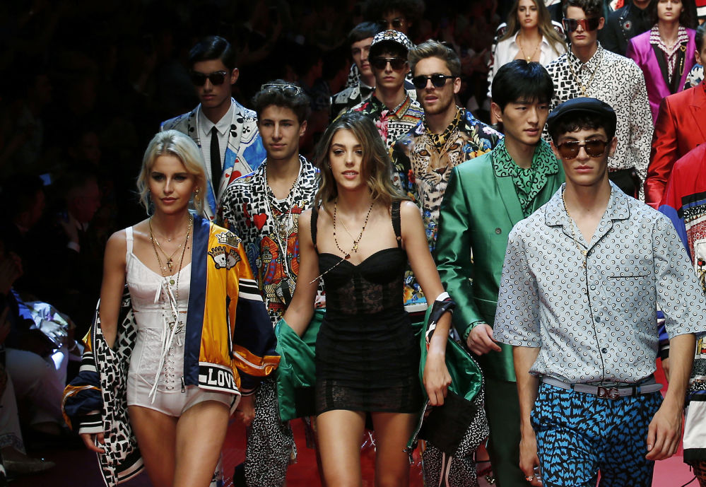 Sistine Stallone, filha do famoso Sylvester Stallone, participa do desfile de Dolce & Gabbana