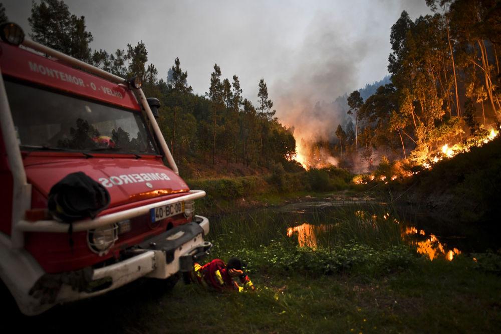 Carros de bombeiros no povoado de Penela, Portugal