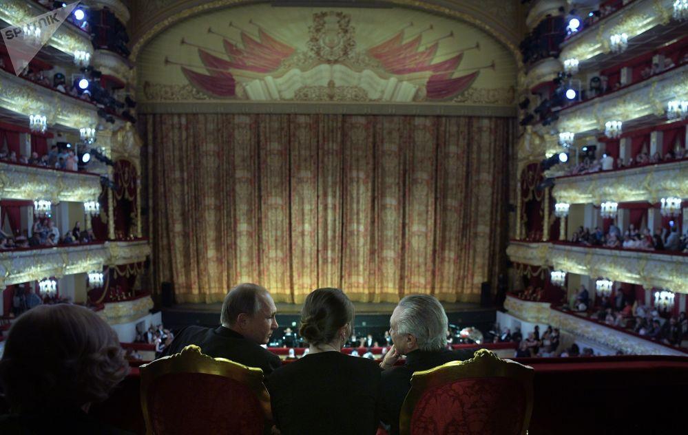 Vladimir Putin, presidente russo, e seu homólogo brasileiro, Michel Temer, assistem a balé no Tetro Bolshoi, Moscou