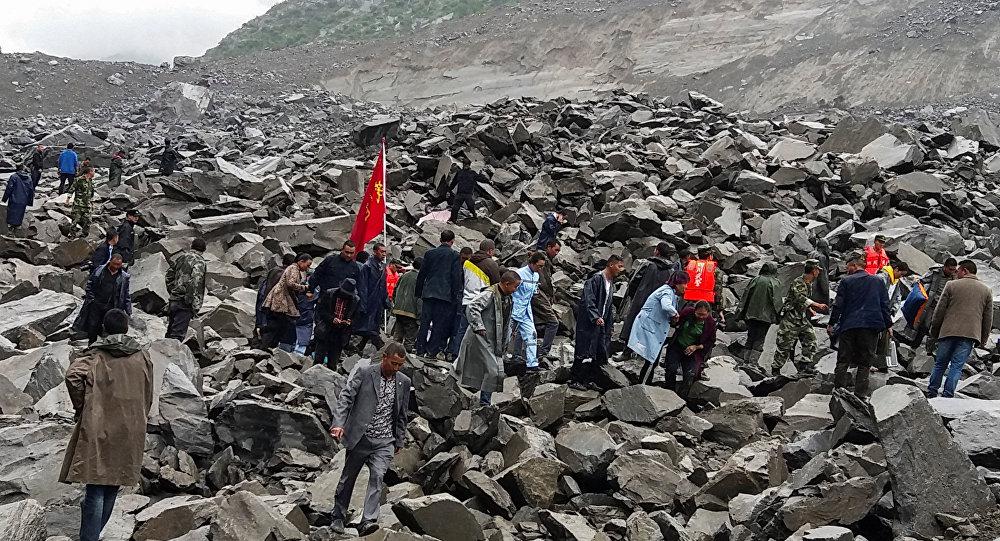 Pessoas procuram por sobreviventes após deslizamento deixar mais de 120 desaparecidos na China