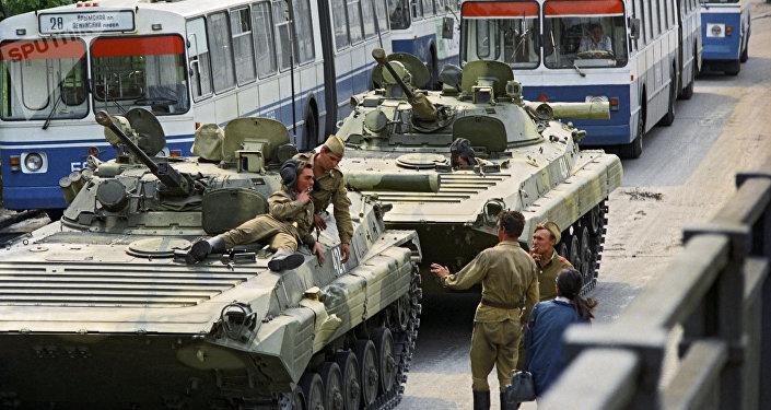 Entrada de tropas em Moscou durante a tentativa de golpe de Estado na União Soviética em 1991
