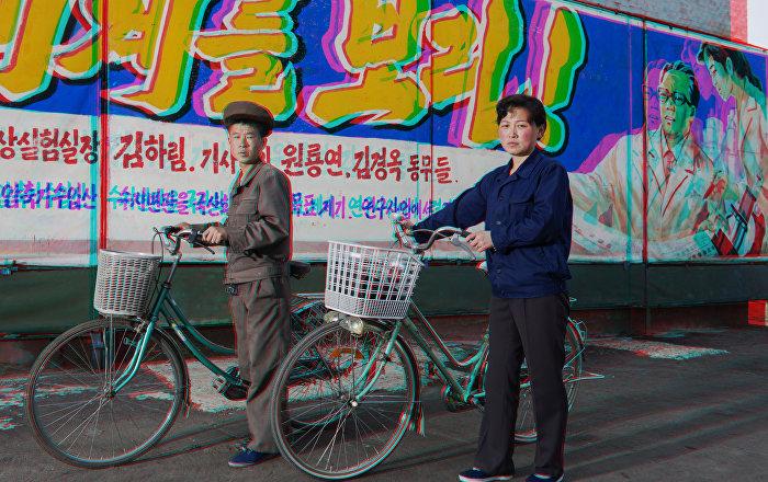 Matjaz Tancic 3DPRK: Retratos da Coreia do Norte, Funcionários de fábrica de fertilizantes, Coreia do Norte, 2014