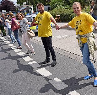 Ativistas fazem corrente humana pedindo o fechamento de usinas nucleares da Bélgica (arquivo)