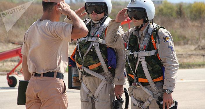 Pilotos militares russos na base aérea de Hmeymim na Síria