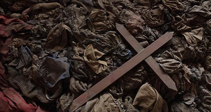 Cruz sobre a roupa de tutsis mortos em uma igreja em Ruanda