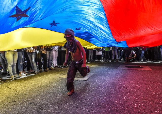 Menino corre sob a bandeira venezuelana durante protestos de jornalistas e funcionários da mídia em Caracas