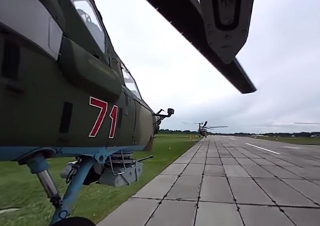 Equipe de acrobacia aérea executa truques perigosos