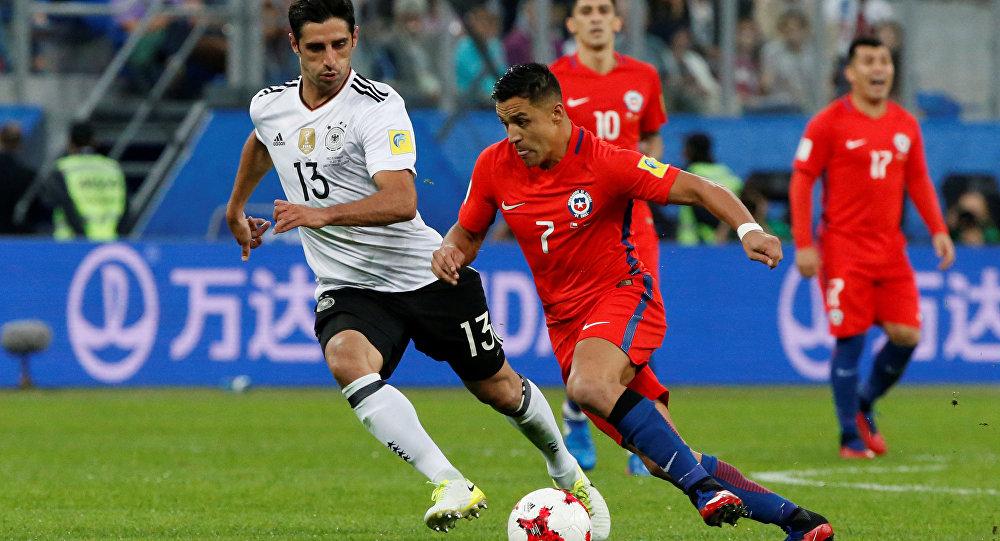 Chileno Alexis Vidal e Lars Stindl