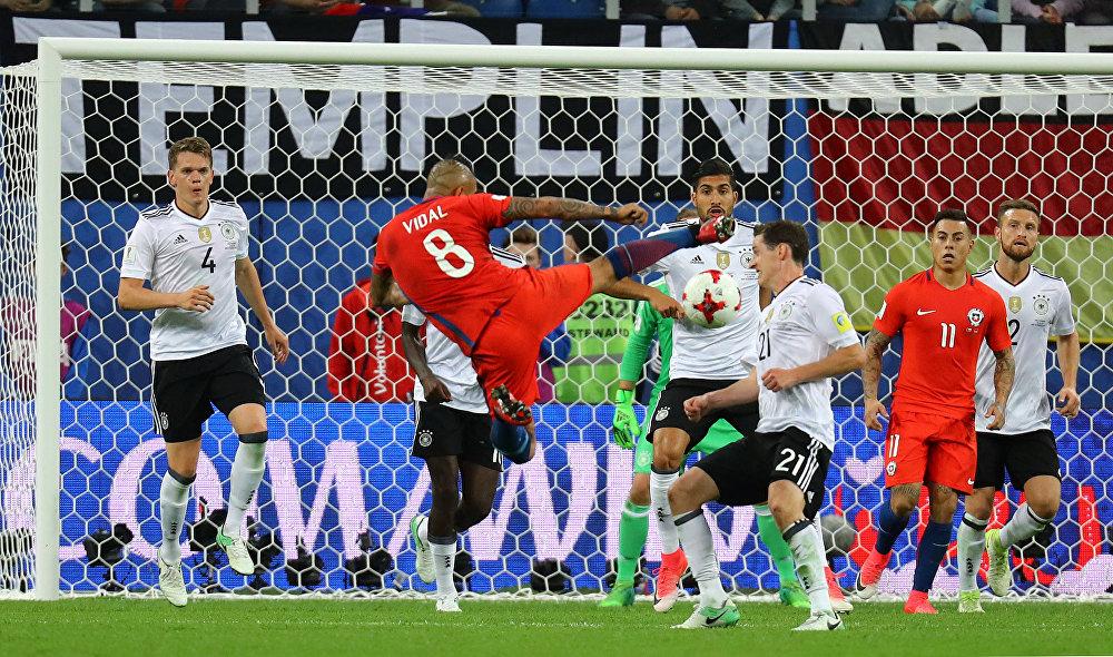 Arturo Vidal chuta contra a meta alemã