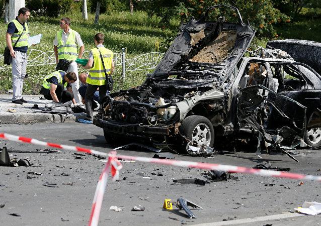 Investigadores analisam a cena da explosão que matou o oficial da inteligência ucraniano, Maksim Shapoval, em Kiev