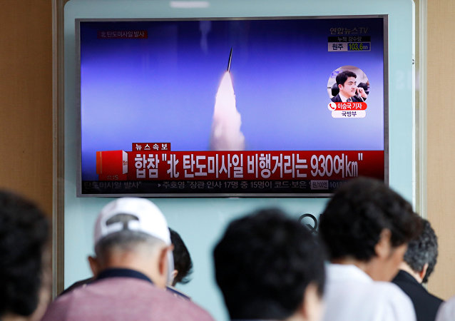 Pessoas em Seul vendo a notícia na TV sobre o teste de míssil balístico na Coreia do Norte