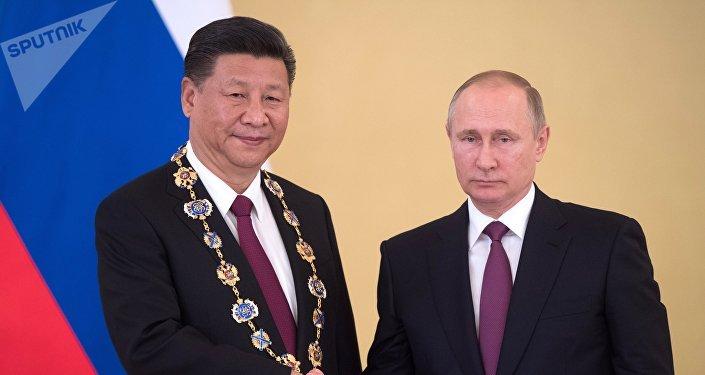 Vladimir Putin e Xi Jinping durante o encontro de 4 de julho de 2017 em Moscou