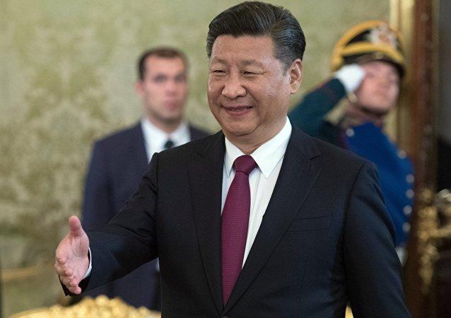 Xi Jinping chega ao encontro com Vladimir Putin, em 4 de julho de 2017