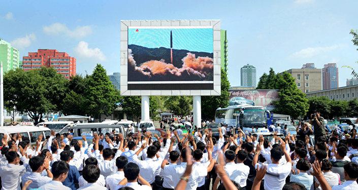 Norte-coreanos observando o teste do míssil balístico Hwasong-14