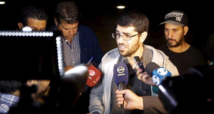 Ex-preso de Guantánamo fala coma a imprensa em frente à embaixada dos EUA em Montevidéu