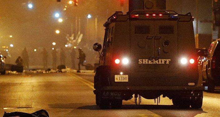 A polícia de Baltimore tenta implementar um toque de recolher na cidade.