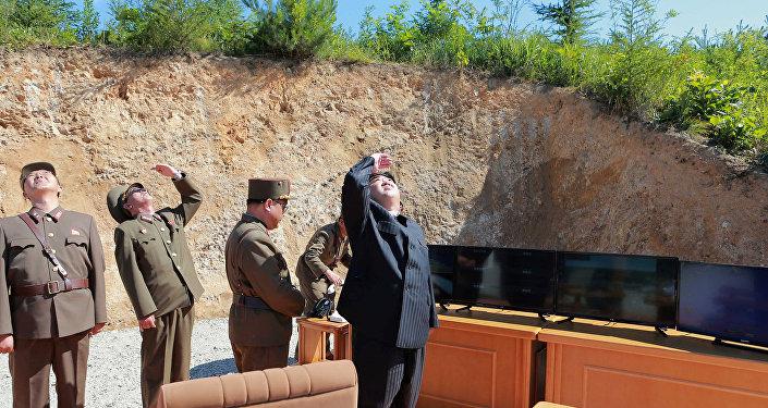 O líder norte-coreano, Kim Jong-un, observando teste de míssil Hwasong-14
