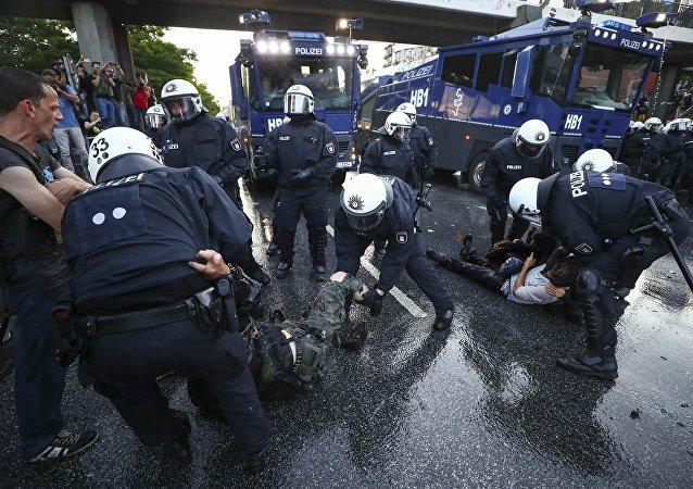 Confronto entre policiais e manifestantes em Hamburgo, durante a reunião do G20