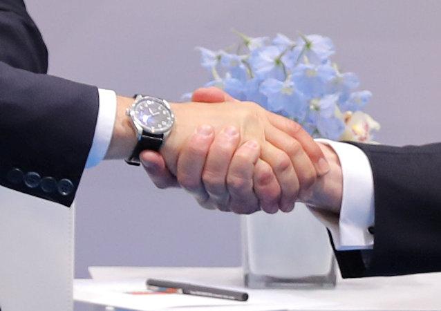 O aperto de mão entre o presidente dos EUA, Donald Trump, e seu homólogo russo, Vladimir Putin, em 7 de julho de 2017, durante a cúpula do G20