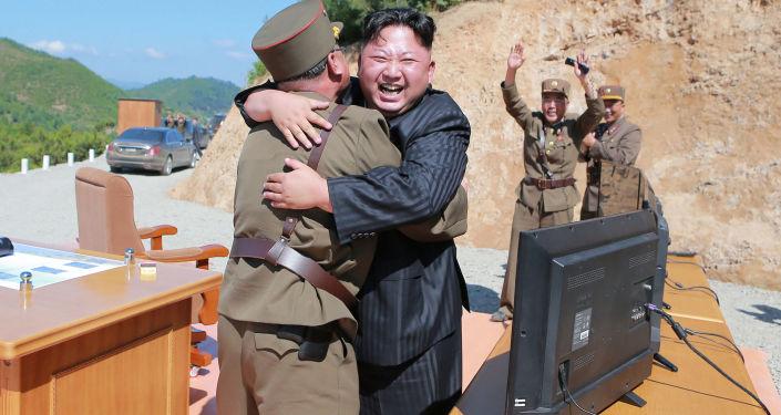 Líder norte-coreano, Kim Jong-un, após lançamento bem-sucedido de míssil balístico