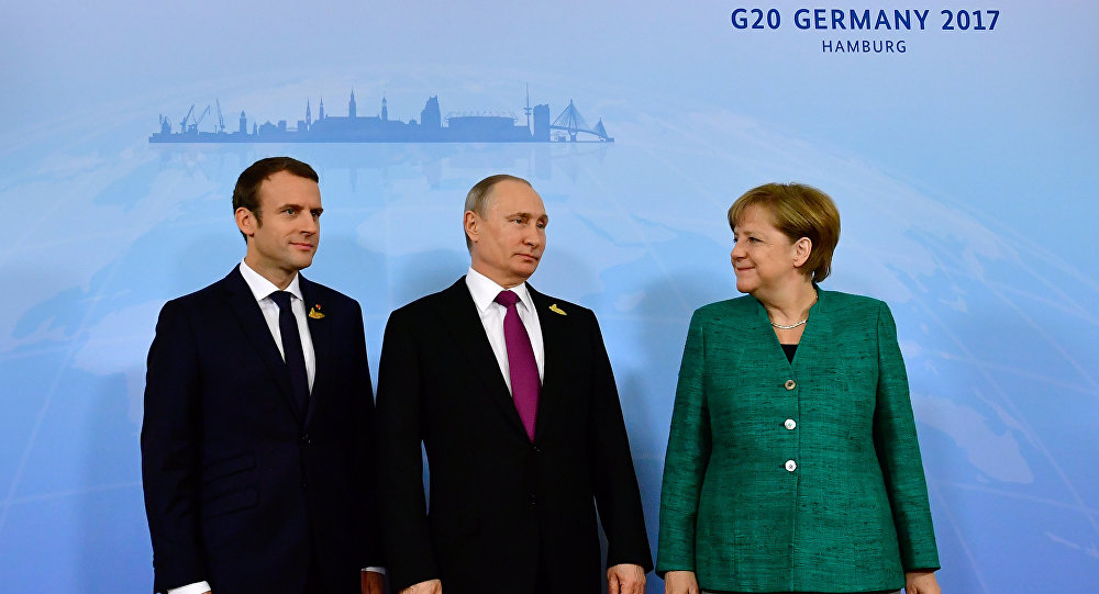 O presidente francês, Emmanuel Macron, o presidente russo, Vladimir Putin, e a chanceler alemã, Angela Merkel, no âmbito da cúpula do G20, em 8 de julho de 2017