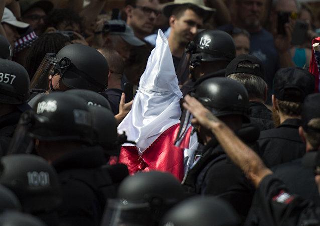 Polícia escolta membro do grupo supremacista branco Ku Klux Klan (arquivo)