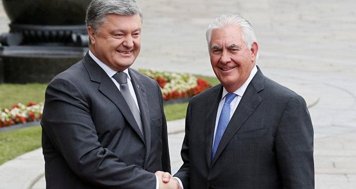 Secretário de Estado dos EUA, Rex Tillerson, se encontra com o presidente ucraniano, Pyotr Poroshenko, em Kiev