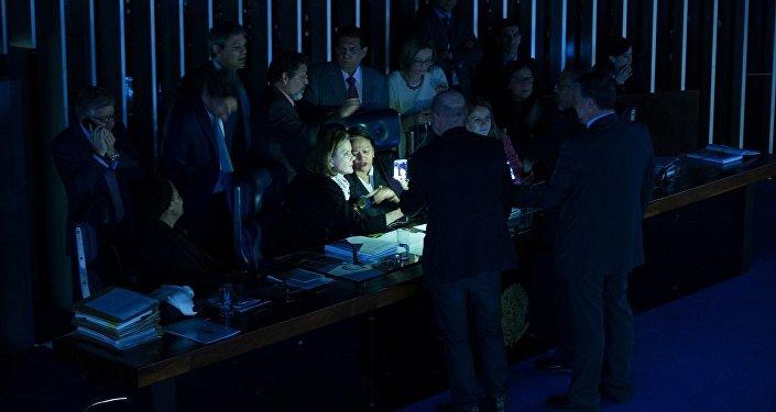 Senadoras de oposição ocupam a Mesa do Senado no Plenário às escuras