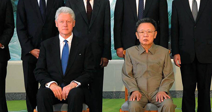 Encontro em 4 de agosto de 2009 entre o ex-presidente dos EUA, Bill Clinton, e o então líder da Coreia do Norte, Kim Jong-il, em Pyongyang
