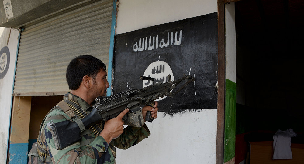 Um soldado afegão perto da bandeira do Daesh