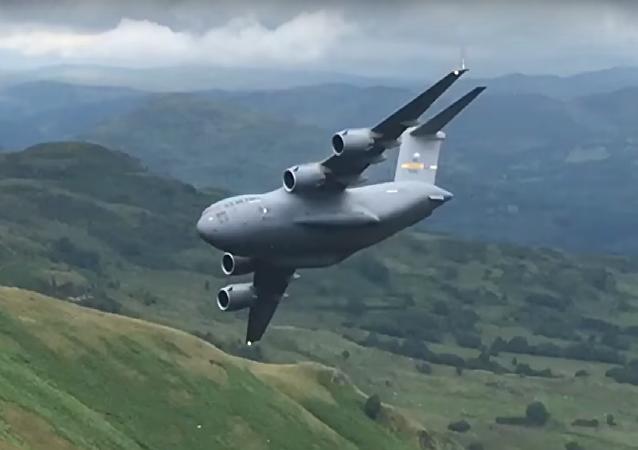 Enorme C-17 norte-americano rasga céu no Reino Unido