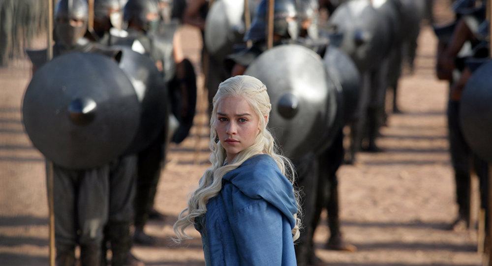 Atriz Emilia Clarke em cena da série.